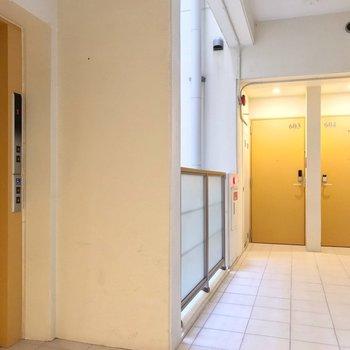 このフロアは玄関扉もエレベーターも黄色。