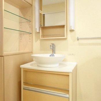 丸い洗面ボウルが素敵な洗面台!隣の棚に化粧品を並べたい。(※写真は6階の同間取り別部屋のものです)