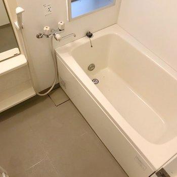 お風呂にも窓付き。節水シャワーヘッドでガス代も節約しましょう。(※写真は6階の同間取り別部屋のものです)
