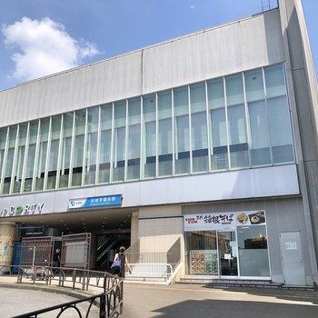 成城学園前駅には直結の商業施設があります。