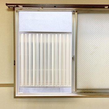 【ダイニング】そうそう。コンクリと反対側の壁には小窓も。風を通して換気もできちゃう◎