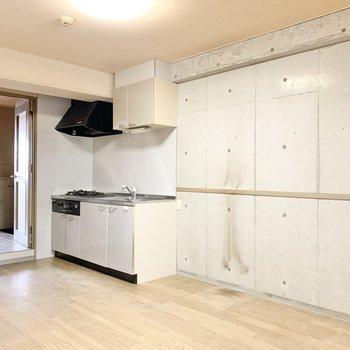 【ダイニング】白色キッチンがコンクリにマッチ。隣には冷蔵庫を置けそうですね。