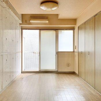【バルコニー側の洋室】約6帖ほど。ベッドを並べても、お布団を並べても◎