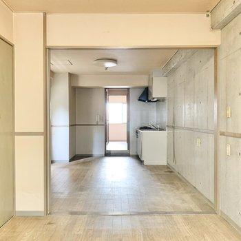 【バルコニー側の洋室】ダイニングは引き戸で仕切るタイプ。