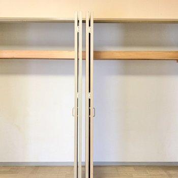 【バルコニー側の洋室】収納は大きいめのものが2つ。たっぷりしまえちゃいます◎