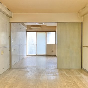 【ダイニング】お部屋はやや暗め。素敵な照明を持ち込むのがおすすめです。