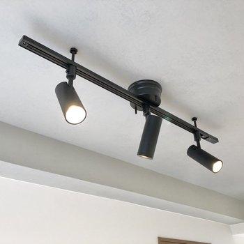 頭上にあるスポットライトが空間を照らし、