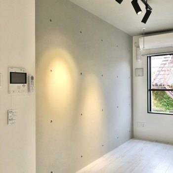 コンクリート壁がお部屋をクールに演出。