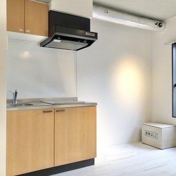 キッチン横に冷蔵庫やラックを置けます。