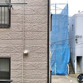 【キッチン側】窓からは住宅街が見えました。