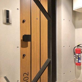 なんともかっこいいウッド感漂う玄関ドア。