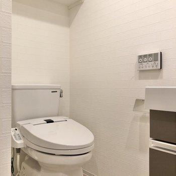 お隣には上部収納付きのトイレ。