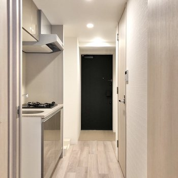 廊下から玄関へは一直線です。