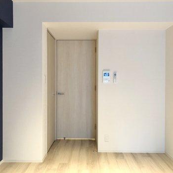 ドア横にはTVモニタ付きドアホン。