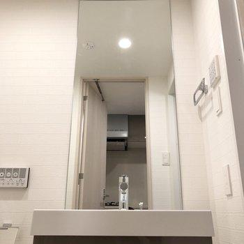なんと、鏡は天井まで伸びています。