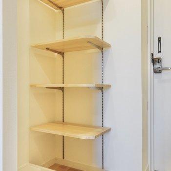 洗濯機置き場は玄関の横に。可動棚も付いてます。※写真は同間取り別部屋です