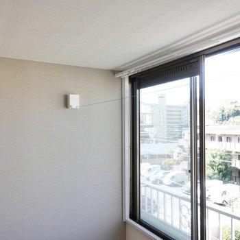 ワイヤーを使って、室内干しも可能です。※写真は305号室です