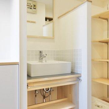 タイルが可愛らしい造作洗面台。※写真は同間取り別部屋です