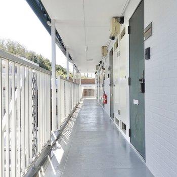 共用廊下は綺麗に使われていますね。