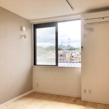 腰高窓なので家具の配置がしやすいですね。