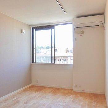 爽やかな無垢床のお部屋。※写真は同間取り別部屋です