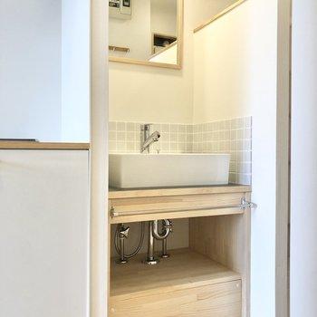 キッチン右横には可愛らしい洗面台。毎日の身支度はこちらで。