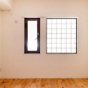 【洋室5.5帖】ガラスブロックから優しい光が入ってきます