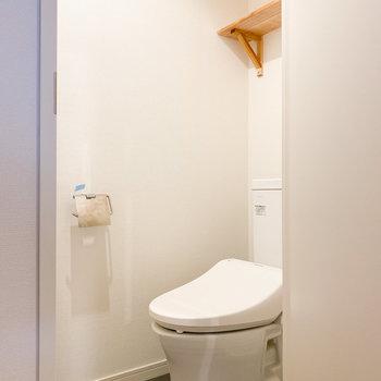 トイレにも収納棚があります※写真はクリーニング前のものです