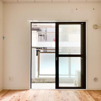 【洋室6帖】こちらのお部屋からもバルコニーへ出ることができます