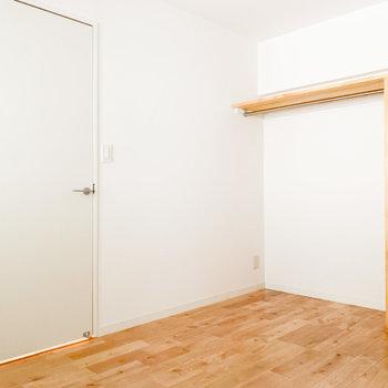 【洋室5.5帖】白と木材の組み合わせがいいですね