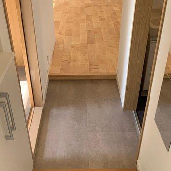 【完成イメージ】玄関〜水回り前廊下の床はグレー。コート掛けやミラーもあり使いやすさも重視。