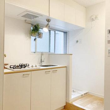 キッチンの隣に洗濯機置場。上の収納をストッカーとして使いましょう。