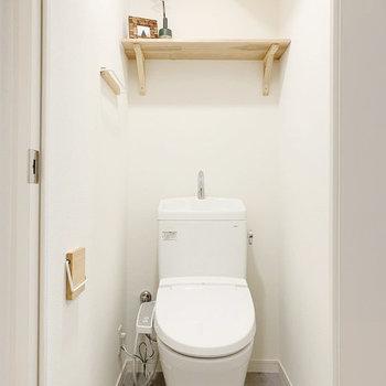ウォシュレット付きの新品トイレ。後ろの棚は実用的!