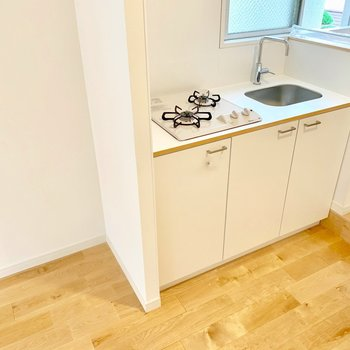 2口ガスコンロは料理好きのあなたにも嬉しいポイント!隣に冷蔵庫も置けます◎