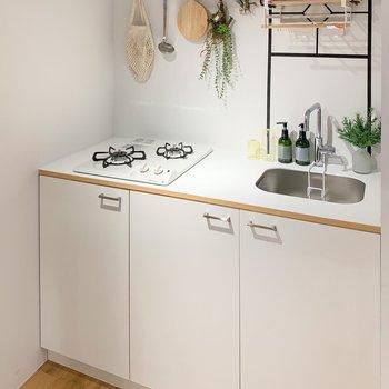 【完成イメージ】2口ガスコンロの新品キッチン。隣に冷蔵庫も置けます◎