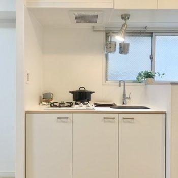 どこか温もりも感じられる新品のキッチン。