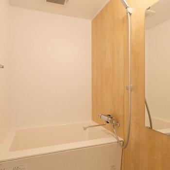 【完成イメージ】ゆったりしたお風呂。木の風合いが感じられる落ち着ける空間。