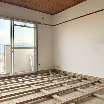 【工事中】5帖の洋室の床はグレーのフロアタイルになる予定です