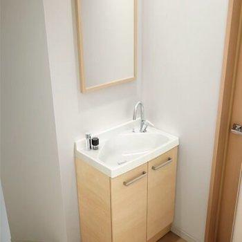 【完成イメージ】なかなか見ないタイプの新品洗面台。実際は、鏡に収納がついていて実用的!