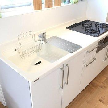 【完成イメージ】3口ガスコンログリル付きの新品キッチン。人工大理石の天板で賃貸らしくない高級感があります。