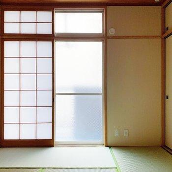 【和室6帖】ここも襖をあけると擦りガラスの窓。