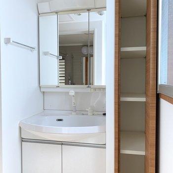 おお!洗面台よい大きさ◎ 隣の収納もありがたい......!