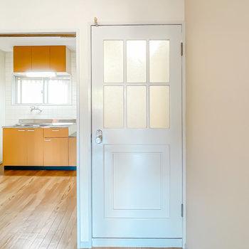 玄関へのドアが可愛らしいんです◎