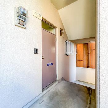お部屋は2階。階段を上がってすぐ目の前。