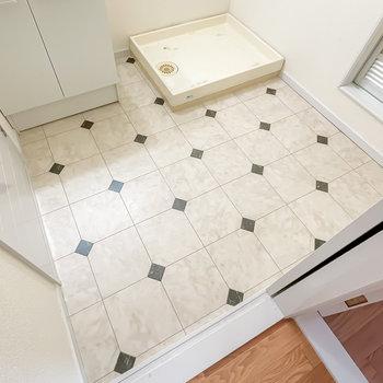 床は清潔感のある洒落たモノトーンに。