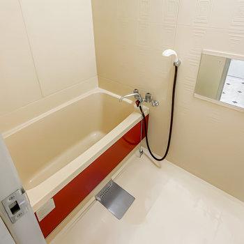 お風呂は少しレトロに感じるかも。ですが赤いラインがちょっぴりキュート。