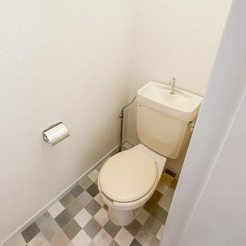トイレもシンプルですが、こちらは床が可愛らしく。