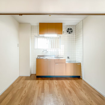 キッチンスペースはカーテンで仕切ることもできるんです。