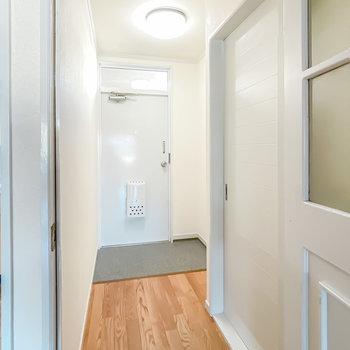 玄関に出ると右手に脱衣所が。
