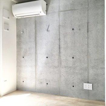 テレビコンセントはコンクリートの壁面にあります。